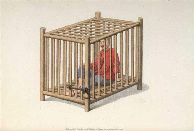 Hình phạt nhốt trong cũi gỗ.