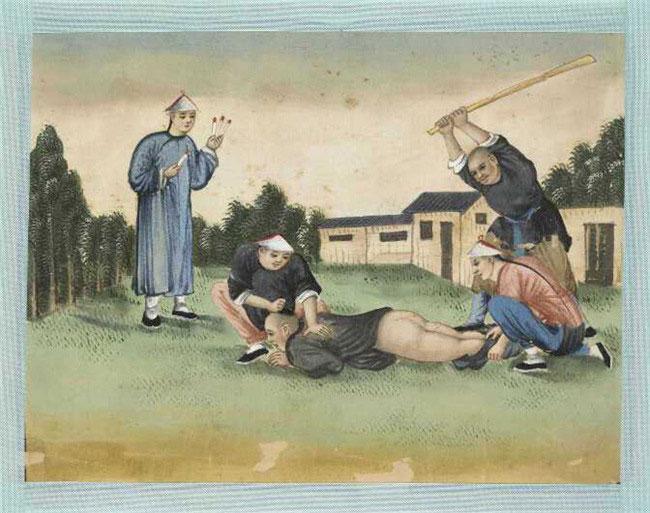 Người bị phạt bị kéo quần xuống và lãnh đòn roi vào mông.