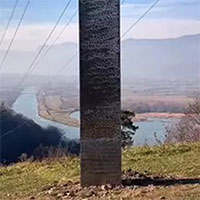 Vừa biến mất khỏi sa mạc Mỹ, cột kim loại bí ẩn tiếp tục lộ diện ở Romania