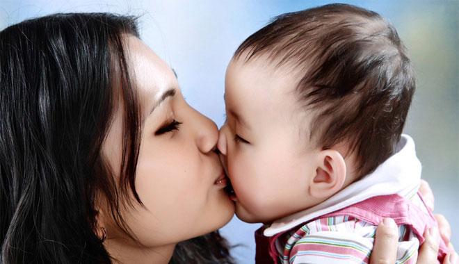 Việc ôm hôn trẻ nhỏ tạo ra hơn chục tác nhân nguy hiểm rình rập cho trẻ.
