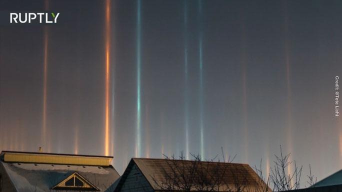 Những cột ánh sáng màu xanh lam và cam trên bầu trời Siberia.