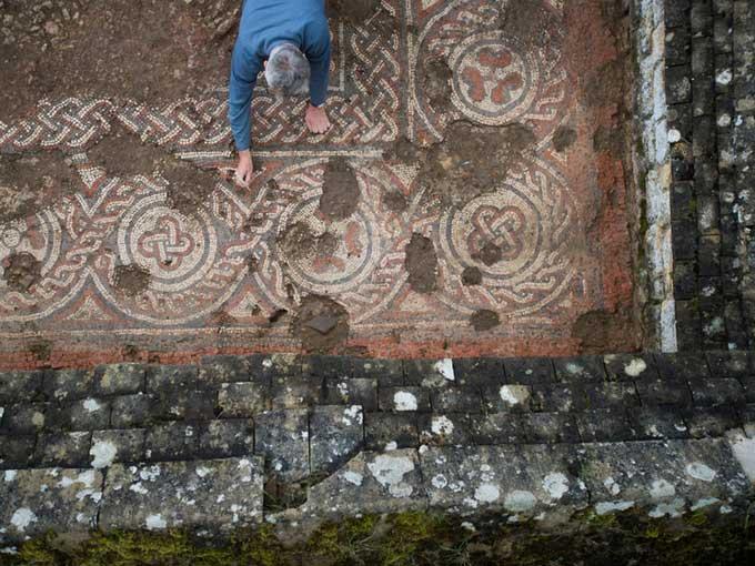 Tranh khảm đá với chuỗi họa tiết tròn trong biệt thự La Mã Chedworth.