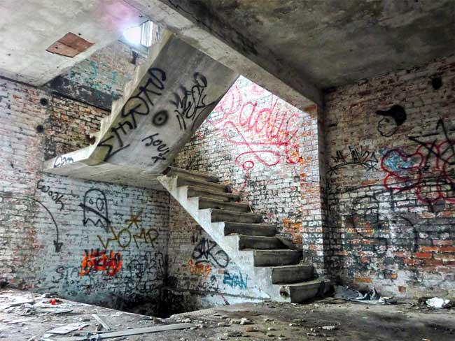 Một căn nhà bỏ hoang bị vẽ bậy lên tường