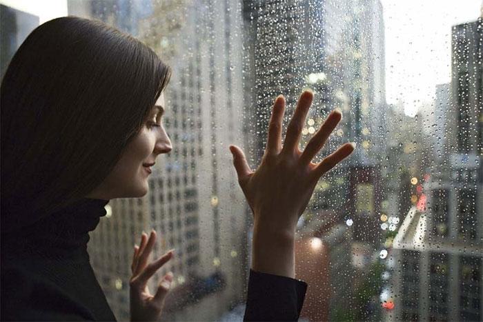 Cửa sổ kính khiến ngôi nhà sáng sủa, ấm cúng, và thoáng đãng