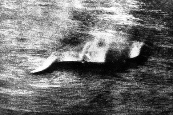 Hình ảnh đầu tiên của quái vật Loch Ness đã chính thức chụp lại bởi Hugh Gray vào 1933.