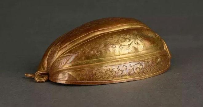 Đồ trang trí bằng vàng hình trái dưa.