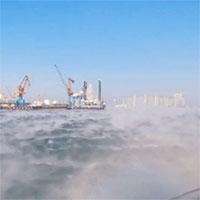 """Kỳ lạ cảnh tượng mặt biển """"bốc khói trắng"""" ngùn ngụt vì trời quá lạnh"""
