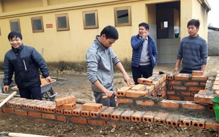 Thầy Vũ Xuân Quế trực tiếp xây bếp ủ cấp nước nóng cho học sinh