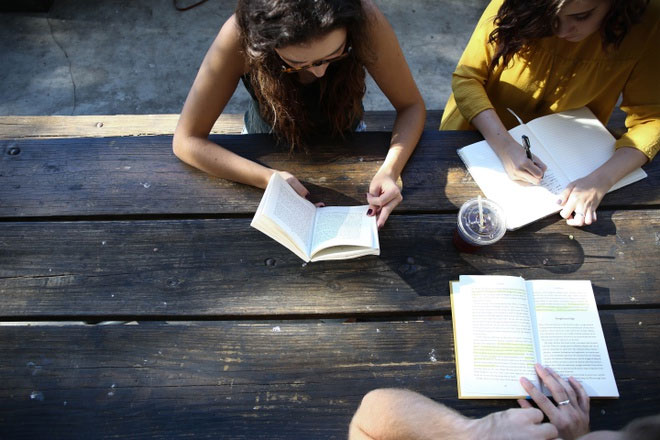 Người thông minh thích ở một mình hoặc giao tiếp với một nhóm bạn nhỏ.
