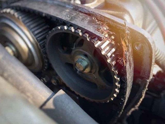 Mùi cao su cháy xuất hiện trong xe có thể do việc bộ ly hợp có vấn đề.
