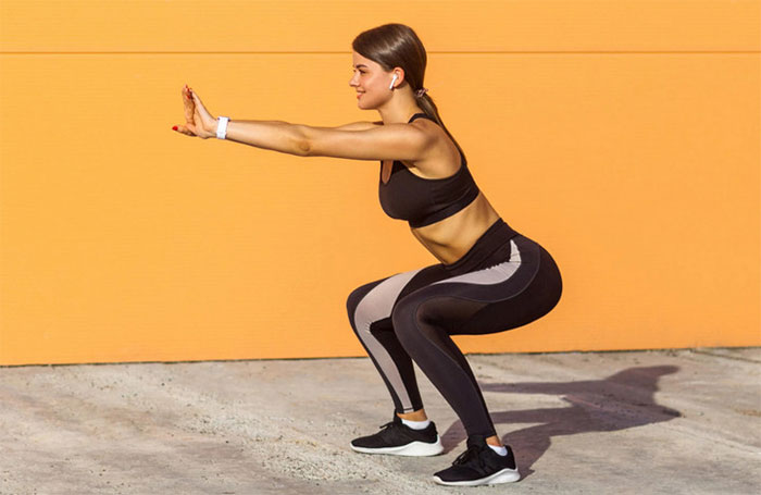 Động tác squat - một động tác luyện tập cơ mông khá hiệu quả.