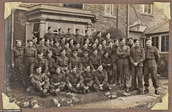 Ảnh chụp tập thể của một đơn vị quân sự tại Anh năm 1941