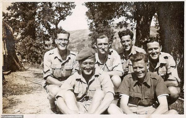 Dù trời nắng nóng nhưng một nhóm binh sĩ vẫn cười tươi khi chụp ảnh kỷ niệm