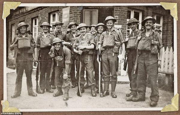 Một nhóm binh sĩ chụp ảnh khi làm nhiệm vụ ở Anh trong Thế chiến 2