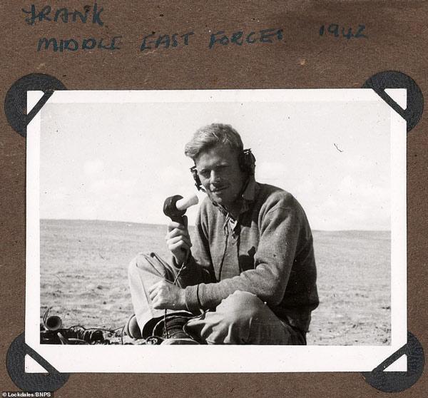 Một binh lính chụp ảnh bên những thiết bị liên lạc quân sự