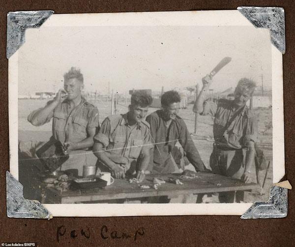 Một nhóm binh lính vui vẻ cùng nhau nấu ăn
