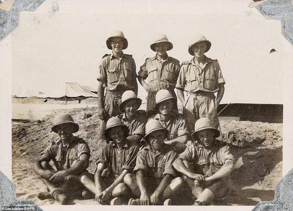 Bức ảnh chụp một đơn vị với thành viên là những người lính trẻ tuổi