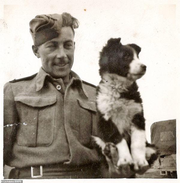 Người lính chơi đùa cùng với một con chó ở Syria năm 1943