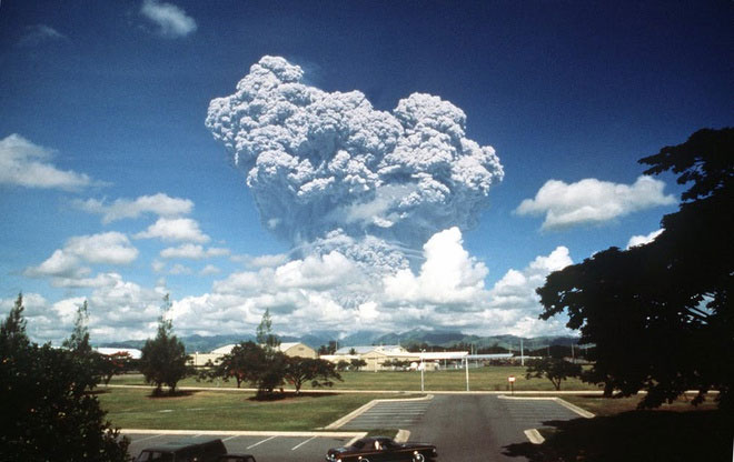 Núi lửa Pinatubo phun trào ở Philippines.