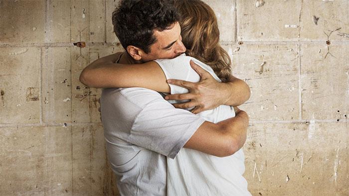 Với một số người, những cái ôm không hề thoải mái hay tạo cảm giác nhẹ nhõm.