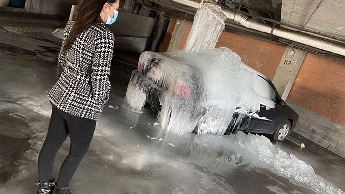 Một chiếc ôtô ở Dallas bị băng đá bao phủ.