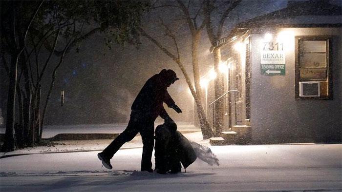Tiếp xúc với giá lạnh trong thời gian dài có thể khiến cơ thể bị hạ thân nhiệt.