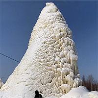 Video: Ngoạn mục nước phun từ đáy giếng, tạo tháp băng cao 10m