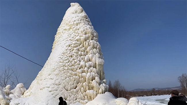 Nhiệt độ xuống thấp khiến nước phun lên đóng băng thành một tòa tháp.