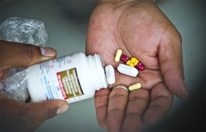 Bệnh nhân nhiễm HIV/AIDS chưa có cách điều trị tận gốc mà phải sống phụ thuộc thuốc.