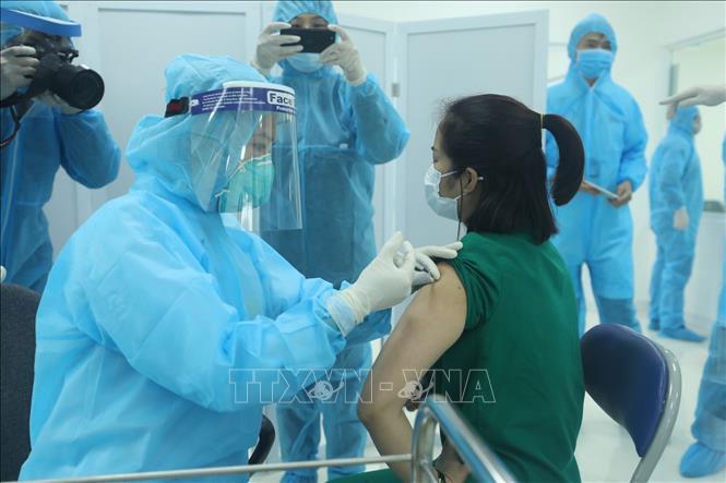 Tiêm vaccine phòng COVID-19 cho nhân viên y tế của Bệnh viện Bệnh Nhiệt đới Trung ương cơ sở 2