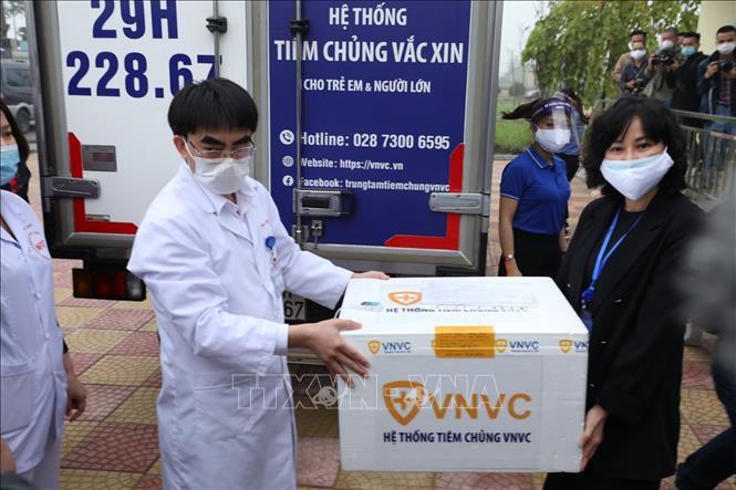 Bác sĩ Bệnh viện Bệnh Nhiệt đới Trung ương cơ sở 2 (Hà Nội) tiếp nhận vaccine phòng COVID-19