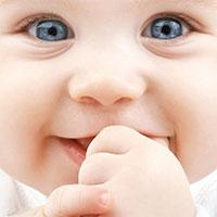 Vì sao em bé thích mút tay?