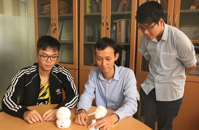 PGS Thuận (giữa) hướng dẫn sinh viên nghiên cứu hệ thống.