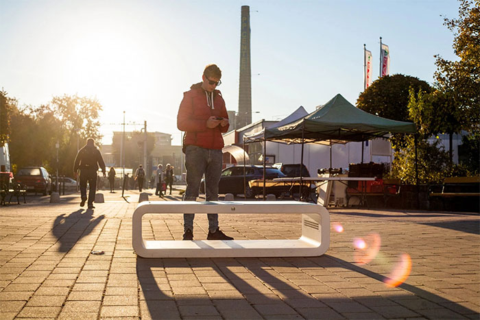 Solar powered smart chair: Charge the battery, play WiFi and more photos 8