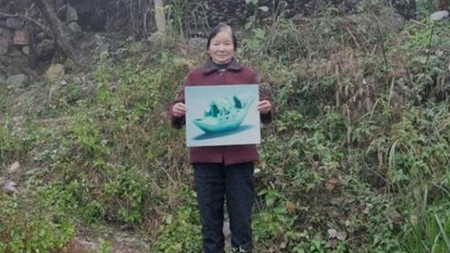 Bức ảnh chụp Hà Chiêu Đệ hiện tại tại nơi tìm được cổ vật.