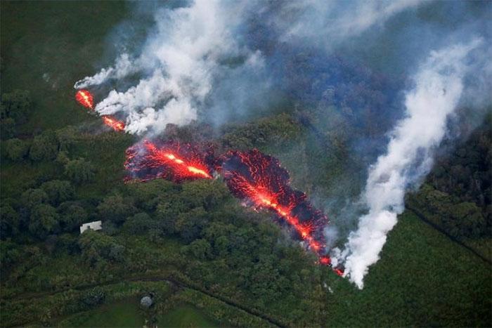 Tro bụi núi lửa là một trong những nguyên nhân sâu xa dẫn đến nhiều trận mưa và lũ lụt.