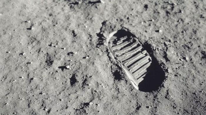 Dấu chân của phi hành gia Neil Armstrong trên Mặt trăng.
