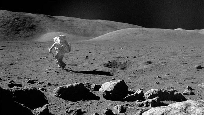 Nhà khoa học, phi hành gia Harrison H. Schmitt đang di chuyển trên Mặt trăng