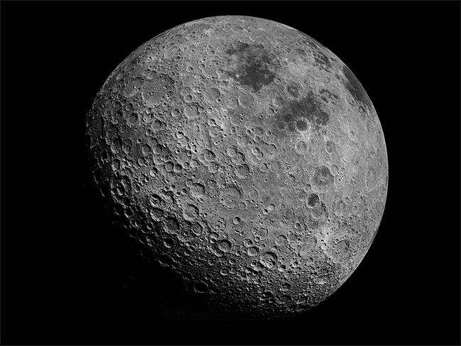 Chu vi Mặt trăng là 10.921km.