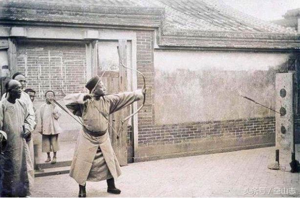Cung thủ thời nhà Thanh luyện bắn.