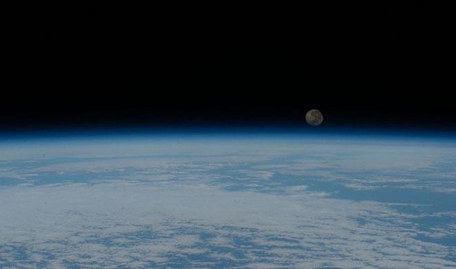 Trái đất và Mặt trăng nhìn từ vệ tinh không gian.