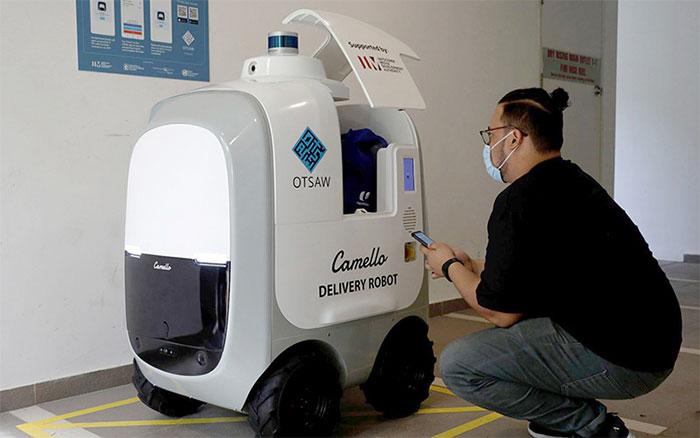 Sau mỗi chuyến giao hàng các robot này đều được khử trùng bằng tia cực tím.