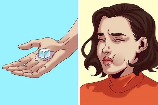 Cầm một viên đá lạnh trong tay