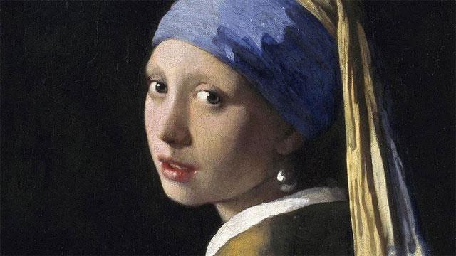Bức chân dung quyến rũ của một cô gái trẻ đang liếc hờ, môi hơi hé mở
