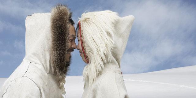 Người Eskimo thể hiện tình cảm bằng cử chỉ cọ mũi.