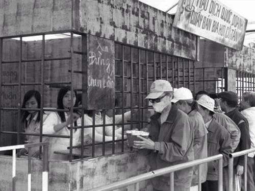 Cảnh mua bia thời bao cấp của người Hà Nội.