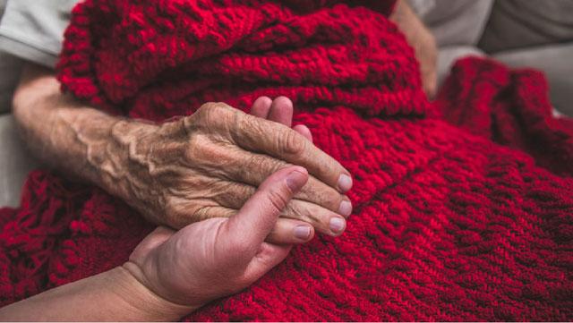 Điều gì khiến chúng ta khi càng về già càng dễ mắc bệnh?