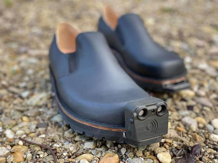 Mẫu giày hiện được trang bị các cảm biến để phát hiện chướng ngại vật.