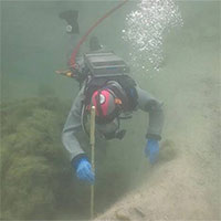 Nạo vét hồ, thợ lặn vô tình phát hiện bí mật 3.000 năm tuổi dưới lớp bùn dày