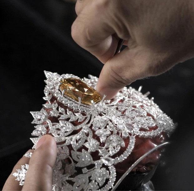 Phần trung tâm của chiếc vương miện là một viên kim cương màu vàng hoàng yến
